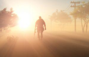 Silhouette d'un soldat dans le brouillard