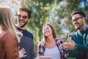 Groupe d'amis partageant leur joie